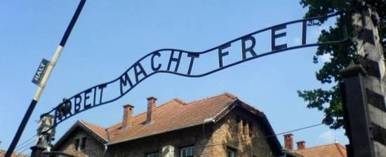 """Znak z napisem """"Arbeit macht frei"""" znajdujący się nad bramą obozu w Auschwitz"""