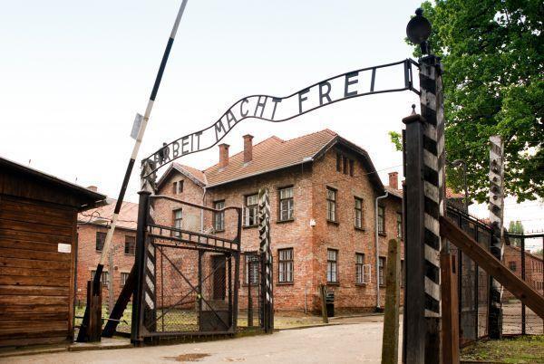 Napis Arbeit Macht Frei nad bramą obozową Auschwitz