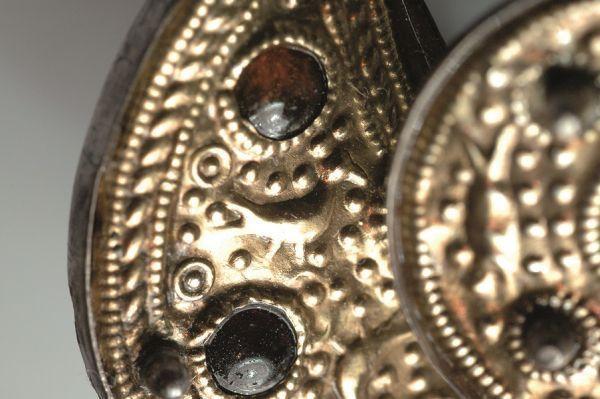 Fragment zapinki kuszowatej z wyobrażeniem ptaka z rodziny krukowatych, zab. z Muzeum Archeologicznego w Gdańsku, fot. L. Okoński